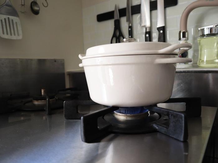 デザインだけでなく「機能性」も決め手だったと言うえはみさん。実は『Vamo.』の魅力の一つは「強火力」。通常の家庭用ガステーブルコンロより、火力が10%もアップした最高火力(4000kcal)※を出すことができるんです。 たとえば中華料理店で食べるパラパラの炒飯や、しゃきっとした野菜炒め。家庭で出せない味のポイントは火の強さ…というのはよくいわれることです。『Vamo.』は実際の厨房で使われているケースもあるといい、その火力の高さは折り紙付き。レストランの味を家庭で再現することもあるえはみさんにとって、「強火力」は大きな魅力でした。  ※2018年4月現在、家庭用ガステーブルコンロ分野において。