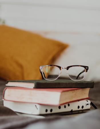 眼鏡の収納場所はできるだけ、眼鏡をかけ外しする場所に近いところを選ぶようにしましょう。遠いところに収納しようとすると、結局、面倒になって手近なところに置きっぱなしになってしまいます。
