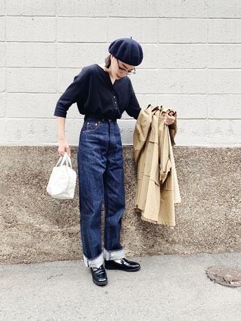 ダボっとさせてゆるさを出してもかわいいデニムですが、ロールアップしてすっきり着ることで、パリジェンヌ感が出ます。ベレー帽や革靴をあわせてフレンチが際立つコーディネートへ。