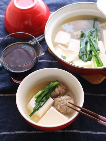 シンプルな湯豆腐は、日本酒の繊細な味を邪魔しない鍋料理。合わせるなら純米酒や純米吟醸酒がおすすめです。お豆腐だけでは物足りないなら、れんこん入りの肉団子を入れると満足度が上がりますよ!