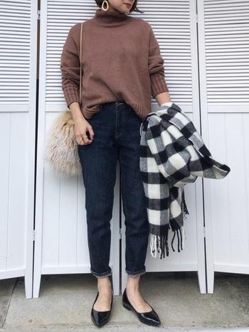 腰まわりやももの辺りにはゆとりがあり、裾にかけて細くなるシルエットが特徴のテーパードデニムは、太ももまわりが気になっている方にもおすすめです。ぺたんこ靴でもヒールでもサマになる優秀デニムです。さりげなくロールアップして、足首をすっきり出してあげることで、カジュアルな印象に。