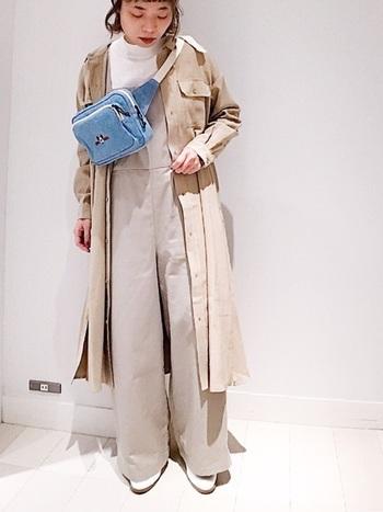 ボーイッシュな印象のサロペットに、まるでトレンチコートを羽織るかのようにバサッとシャツワンピを纏えば、たちまち雰囲気ある着こなしに。カジュアルだけど女性らしい、ひとつ上の着こなしです。