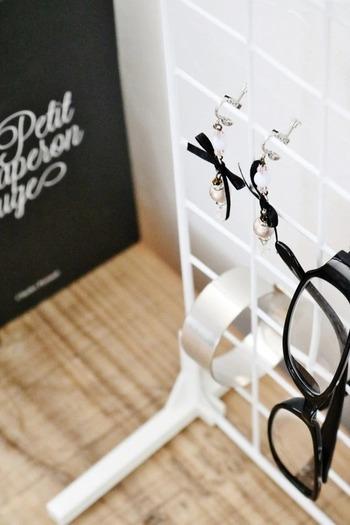 100均アイテムもアイデア次第で、素敵な眼鏡収納になるものです。こちらはセリアのワイヤーネットを使ったアイデア。眼鏡とアクセサリーなどのコーディネートも楽しめますね。
