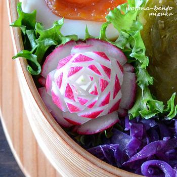 野菜などの飾り切りがひとつ入るだけで、お料理は見違えるように美しくなります。こちらは、バララデッシュ。ラデッシュは鮮やかで細工もしやすいので、飾り切り素材としておすすめです。