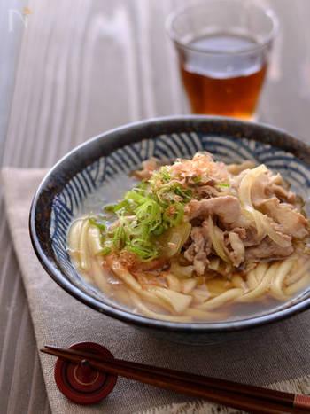ベーシックな肉うどんレシピです。冷凍うどんは単価も安く、冷凍庫に常備しておくと便利な食材です。簡単レシピなのに、タンパク質もしっかりと摂れますよ。