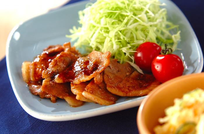 下味をつけた豚肉を焼き上げ、最後にショウガ汁をからめると、風味よく仕上がります。付け合わせにはカット野菜のキャベツを盛りつけて洗っただけのプチトマトを添えると、立派な一食に。ごはんとお味噌汁で定食スタイルが確立します。