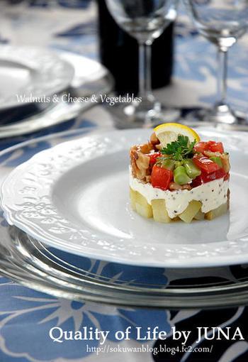 下段はじゃがいも、中段はクリームチーズ、上段はくるみ・チーズ・トマトなど。簡単なのに豪華な前菜です。冷蔵庫で30分ほど冷やしてからセルクルを外しましょう。