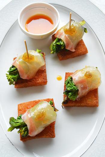 お魚も巻いてみましょう。黄身醤油をつけた鯛のお刺身で菜の花を巻き、揚げた食パンにのせピンチョス風に。ワインにも合いそうなおつまみです。
