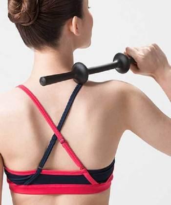 取っ手を片手で持って、肩のコリが気になる箇所に手首を動かすだけで、スティックの適度なしなりにより、ほど良い力加減で疲れた箇所をたたくことができる「ツボスティック」。
