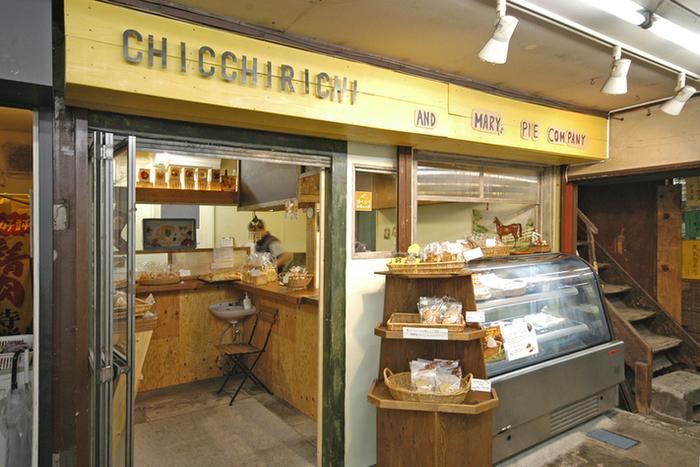 鎌倉駅東口のロータリーを進むと、昭和33年に創業された丸七商店街という細い路地があります。注意しないと見落としてしまいそうな入り口を進むと、レトロ感溢れる昔ながらの雰囲気の中に突如現れる、焼き菓子専門店の「ChiCChiRichi(キッキリキ)」。