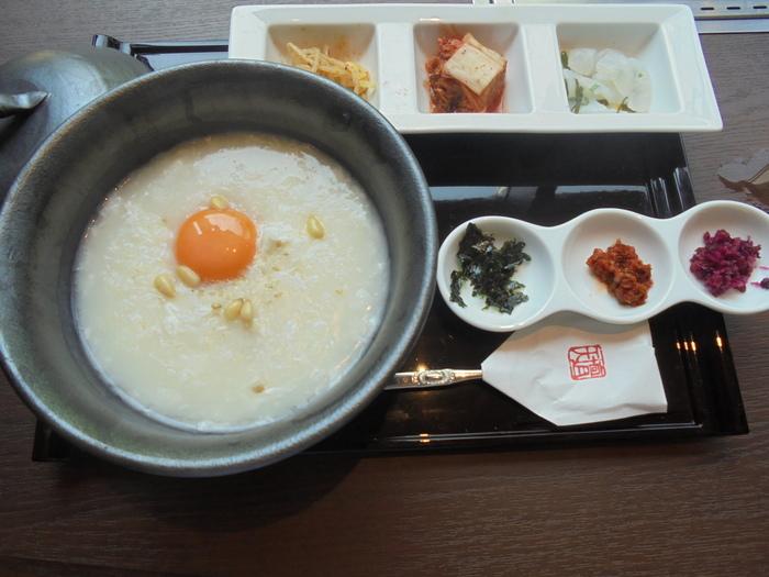 平日はランチ・ディナーのみですが、土日祝は8:30から11:00までモーニングメニューがいただけます。朝ということもあり、他の時間帯よりも比較的ゆっくりと食事ができます。モーニングには『天壇』人気の焼肉付きの朝御膳から、季節の野菜を使った韓国のお粥御膳、天壇の特性だしを使ったお茶漬けなどが用意されています!
