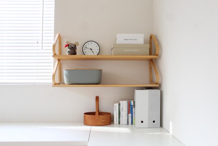 リビングなど家族で過ごす場所、また来客をおもてなしする場所にワークスペースをつくる場合は、インテリアにもこだわりたいところ。仕事の道具が雑然と置かれていると、インテリアになじまず浮いてしまいます。モノを置き過ぎず、すっきりとした空間を保つことも大切なポイント。  こちらのお宅のように、飾り棚を使った見せる収納はおすすめ。デザインの良い雑貨などは見せてアイキャッチに、細々とした資料などはファイルボックスなどを利用して隠すとすっきりとした印象になります。
