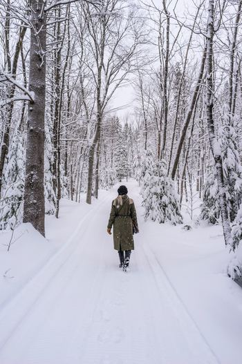 寒さの厳しい冬は、一年の疲れを養生し、春の始まりに備えるとき。ゆったりのんびりとすごし、頑張りすぎないのが、エネルギーを浪費しないためにも大切です。 新しく何かを始めたり、あれもこれもと欲を出したりするのは控え、守りに徹します。気持ちも体力も冬の間は温存しておくことで、草花が芽吹く春に健やかに活動できるようになるのです。