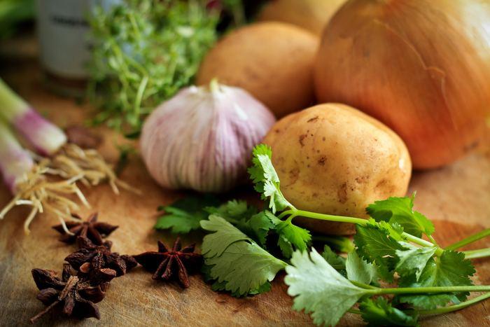 冷え性を改善するには、体の外側からだけでなく、食事で体の内側からも改善していきましょう。食べ物は、体を温める「陽性食品」、体を冷やす「陰性食品」に分けられ、それ以外を「中庸食品」とします。