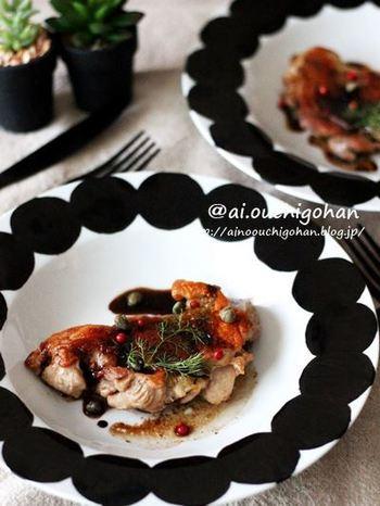 縁取りに特徴のある大皿に盛り付けるのも面白いですね。余白とモダンな柄が、鶏ももステーキをスタイリッシュに見せてくれます。
