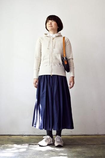 ラフに偏りがちな休日ルックを、エアリーなフレアスカートで女性らく味つけ。首元から見えるシャツの襟が、装いに清潔感を呼び込みます。