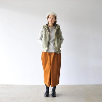 こっくりとしたキャメル色のスカートで冬らしく。上半身のトーンが明るいため、ボトムに濃密カラーを持ってきても重苦しい印象にはなりません。