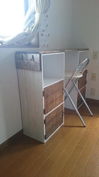同じサイズのカラーボックスを2つ並べて、その上に板を渡せば、収納を兼ねたデスクスペースのできあがり。横にフックをつければバッグなども掛けられます。こちらは子供部屋のために作ったそうですが、一人暮らしのお部屋にも応用できそうなアイデア。扉をつけるのが難しいという方は、籐カゴなどを入れても素敵ですよ。
