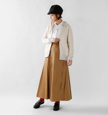 シャツとAラインスカートの清楚系ルックを、パーカーでカジュアルダウン。ソックスで取り入れた鮮やかなレッドがアクセントに。