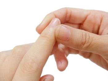 ◆井穴(けいせつ)◆ 冷え性に効果がある井穴は、爪の付け根にあります。親指と人差し指で押して井穴を刺激しましょう。足の井穴も押すとより効果が期待できます。
