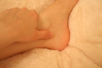 ◆太谿(たいけい)◆ 内くるぶしとアキレス腱の間にあるくぼみに太谿はあります。親指の腹でゆっくりと5秒押して、5秒かけて離す…を10回ほど繰り返しましょう。