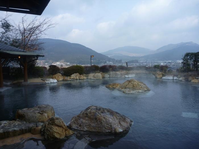 「山のホテル 夢想園」は、三つの大きな露天風呂が魅力。女性専用の湯は、150畳もの広さの「空海の湯」、源泉そのままの「弘法の湯」。自然と一体になれるお湯で、ほんとうに夢見心地になれそうです。