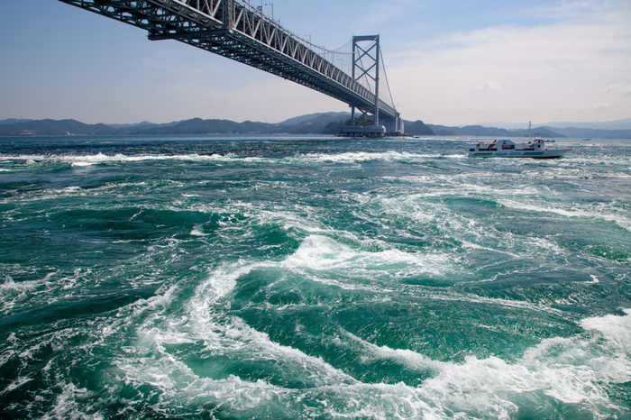 瀬戸内海に浮かび、雄大な自然に地元産のおいしい食べ物が豊富な「淡路島」。春の訪れとともに、絶景とおいしいものを探しに淡路島に足を伸ばしてみませんか?