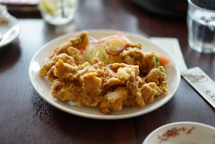 大分名物といえば「とり天」。元祖となる「レストラン東洋軒」は、創業大正15年の老舗です。下味をつけた鶏肉を天ぷらの要領でさっくりと揚げます。お店ごとの秘伝の酢醤油やタレも食が進みます。