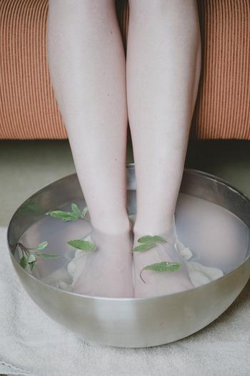 お風呂に長く浸かるのが苦手な場合は、フットバス(足湯)もおすすめです。精油を数滴垂らし、お気に入りの香りでリラックスしましょう。