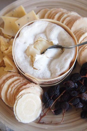 滑らかな食感のウォッシュタイプチーズはやはりそのままいただくのがおすすめです。ナッツやレーズンと一緒にクラッカーにのせれば、お酒がすすむおつまみに。
