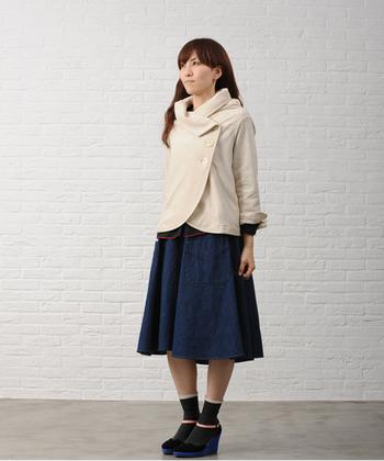 デザインがユニークなジャケットだって、装いにすっと溶け込むオートミールなら自分らしく着こなせる!足元もポップなパンプスで印象的に。