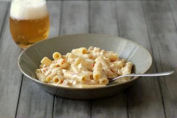 アメリカでは定番の家庭料理、マカロニチーズ。グリエールチーズやパルミジャーノを使って作るスペシャルなマカロニ&チーズはやみつきになること間違いなし♪チェダーチーズなど他のチーズを使っても風味が変わって美味しいですよ。