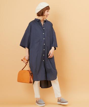 ハリのあるシャツピースも、パンツとベレー帽のオートミール効果で優し気な雰囲気にチェンジ。マイルドなトーンを崩さないよう、バッグ&シューズも馴染ませカラーを選んで。