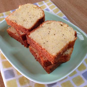 摩り下ろして細かくしたゴーダチーズをたっぷり使ったゴーダチーズのパウンドケーキ。甘さとしょっぱさが程よく、おやつや朝食にもぴったりです。