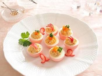 漬かった卵をカットして黄身にツナやマヨネーズをあえてスタッフドエッグにすれば立派なパーティーメニューに♪漬けたラディッシュもおいしくいただけるので、飾りに使えて便利です。