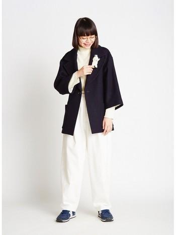 ホワイトのトップス&ボトムでつくるワントーンコーディネート。輪郭をはっきりさせたいときは、端正な締め色のジャケットをオン。