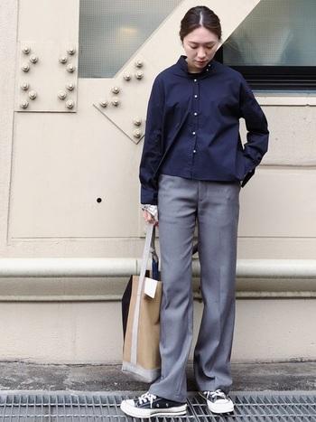 ネイビーとグレーの組み合わせが都会的。洋服に十分な真面目さがあるから、小物はトートバッグとスニーカーでリラックス。
