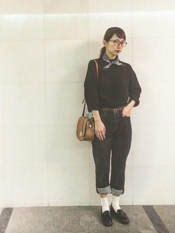 ニットとデニムのトムボーイ風の着こなしを、小さなスカーフで女性らしく味つけ。どこか懐かしいフラップバッグもいいアクセントに。