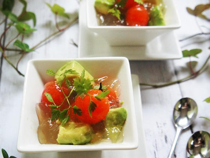 """マリネやピクルス、ポン酢代わりに使用する他に、柚子風味豊かなオシャレなレシピにも使えます。例えばアボカドとプチトマトと""""馬路ずしの素""""で作るゼリー寄せ。柚子の風味が食卓を華やかでさわやかに演出してくれそう。"""