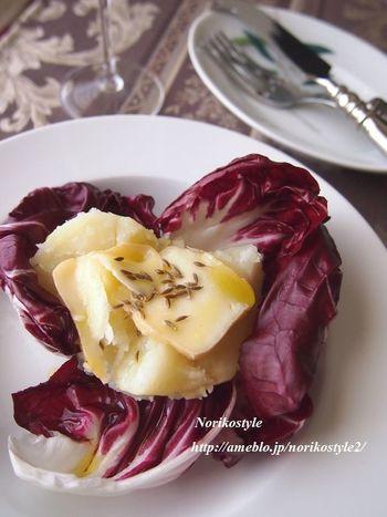 じゃがいもに、香りの強いマンステールというウォッシュチーズをのせて。トレビスにのせれば、簡単なのにおしゃれな一品になります。