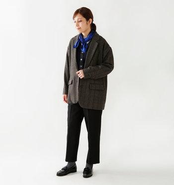 この時期に多くなるブラックベースの装い。そのままだと重たいだけになってしまうので、鮮やかなブルーのスカーフをくるっと巻いて、首元から全身をトーンアップ。