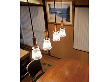 A:ライトの灯数に合わせて設置の長さを調整する 1灯照明ならテーブルから60~80cmのやや高めに設置し、多灯照明ならテーブルから50~70cmのやや低めに設置すると、ちょうどいいバランスになります。