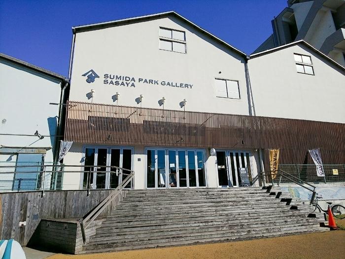 本所吾妻橋、押上駅からそれぞれ15分ほど歩いた大横川親水公園の中ほどにある「SASAYA CAFE」は、2013年に倉庫をリノベーションしてオープンした菜食カフェです。