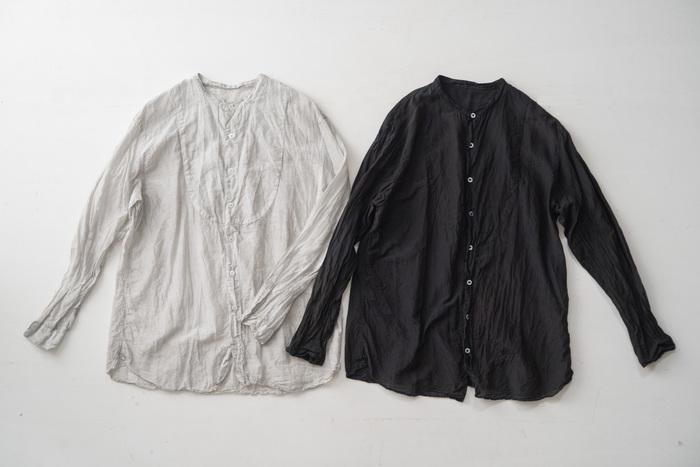 快適な着心地を約束するしなやかなゆったりシャツ。天然染料100%だからこその味のある色合いで、コーディネートに大人な空気を漂わせます。
