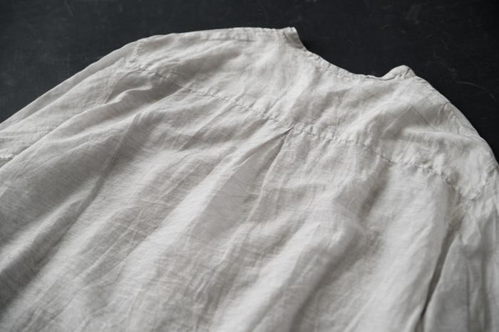 後ろにはきちんとタックが入っているから、シャツにありがちな背中の窮屈感もなし。ふわりと空気を含み、ニュアンシーなシルエットをつくってくれます。