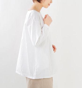 肩はトレンドのドロップショルダー。ゆるやかに広がるAラインの裾が、佇まいにフェミニンな雰囲気を醸し出します。
