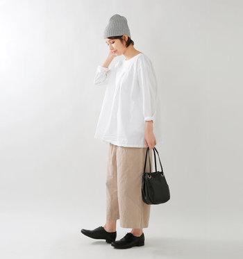 ボトムにはワイドパンツやフレアスカートなど、プルオーバー同様エアリーなものを持ってくるのがおすすめ。裾インもアウトもしっかりきまるデザインなので、手にしておいて損なしの一枚です。