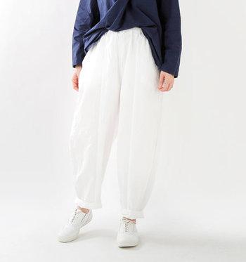 いつものコーディネートに変化をつけたいなら、シルエットが独特な個性派パンツに挑戦するのはいかが?着慣れたシンプルトップスも、このパンツに合わせればまた違った表情に見えるはず。