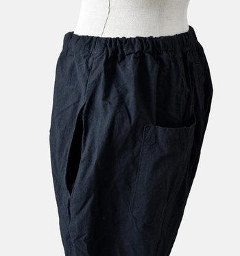 サイドとバックには大きなポケットを配置。特にバックポケットは深めのつくりになっているため、スマホなどをちょっとしまっておくのに便利です。