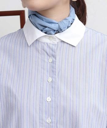 着こなしがスマートにまとまる細めのストライプ柄。襟の部分は切り替えになっていて、顔まわりをすっきりと見せてくれます。